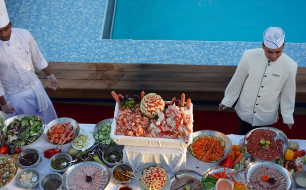 Poolside Buffet - Alaskan King Crab claws and Prawns catch my attentin