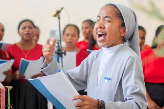 Sr Rina sings while conducting the choir