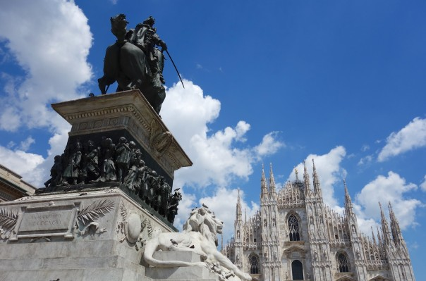 The clouds stayed away this morning permitting me to 'catch' the Duomo in Milan